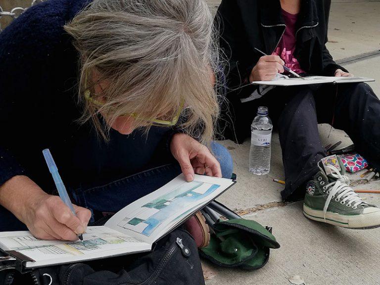 Alumna dibujando